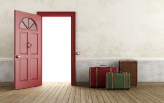Nyitott ajtó bőröndökkel